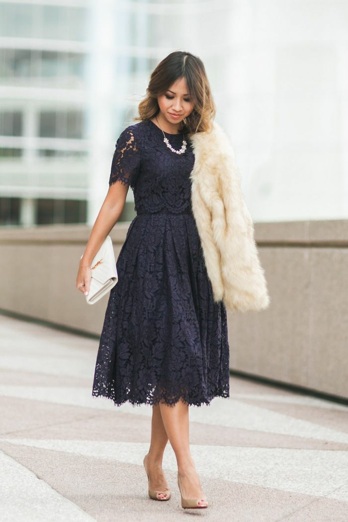 Chic tenue soirée femme tenue habillée robe mi longue bleu foncé sac à main blanc ysl robe dentelle