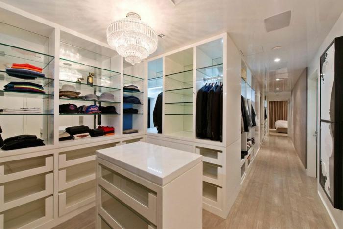 amenagement dressing, étagères transparentes, plafonnier luxueux, île blanc avec rangement