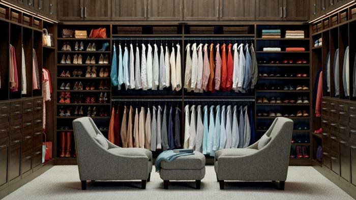 aménagement dressing, armoires ouvertes en bois foncé, plusieurs tiroirs