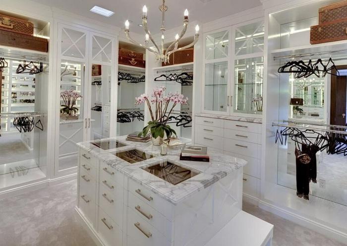 amenagement dressing en marbre, grande chambre blanche avec espace rangement vêtements