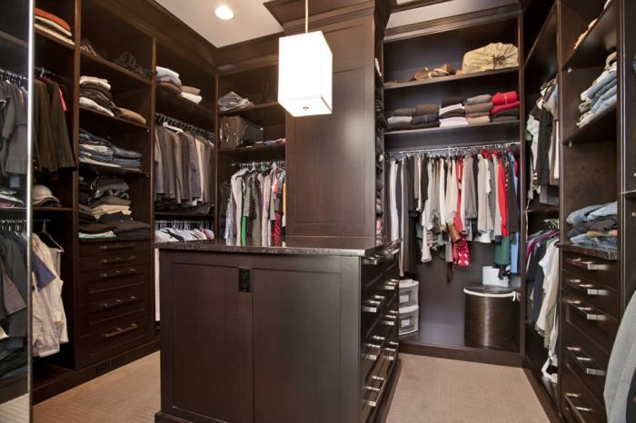aménagement dressing en bois foncé, classement des vêtements bien structuré