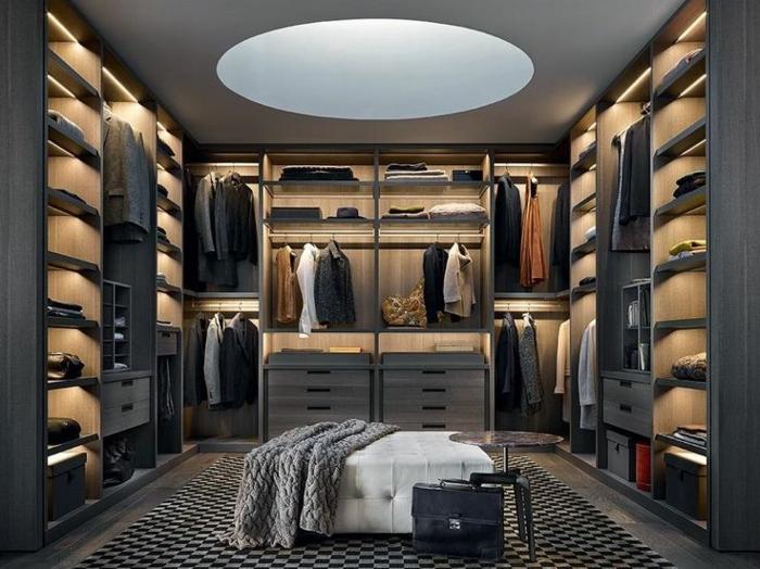 aménagement dressing, tapis géométrique, grand tabouret blanc, armoires ouvertes