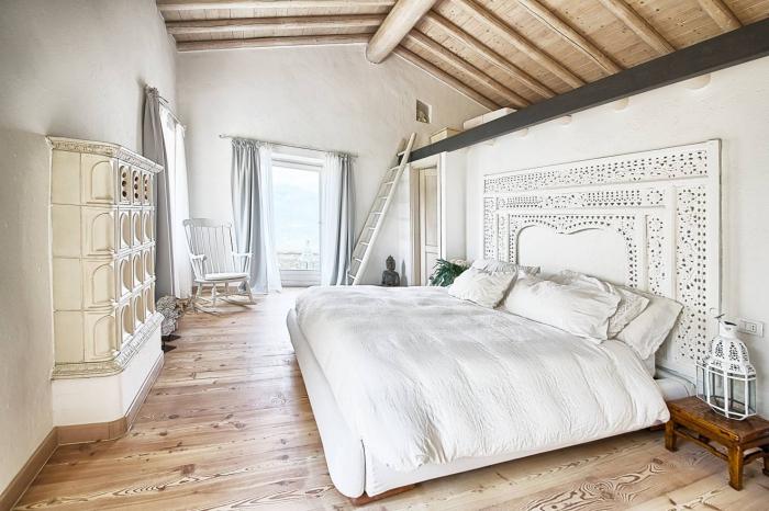 design intérieur en blanc et bois avec murs blancs et garde-robe en bois peint en couleur ecru, déco chambre à coucher en meubles beige