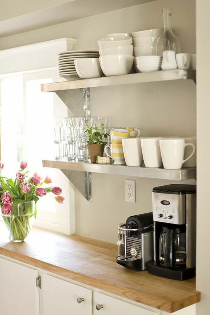 petite cuisine équipée, grand meuble avec plan de travail en bois rude, étagères en gris, machine à café et toaster