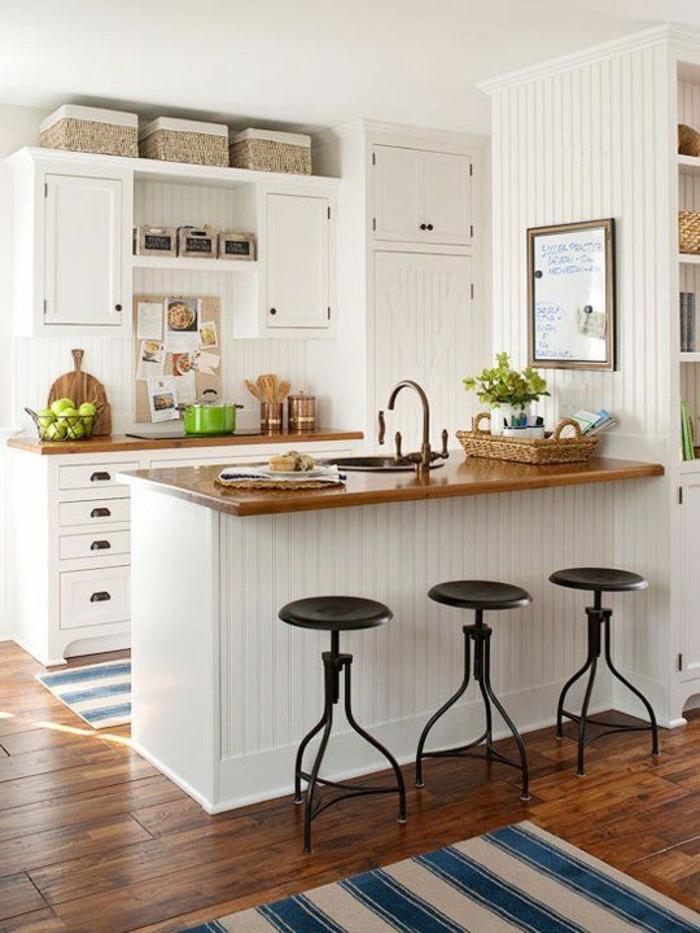 meuble cuisine pas cher, petite cuisine équipée, meubles blancs avec plan de travail en bois clair, parquet en bois aux nuances marron et jaunes