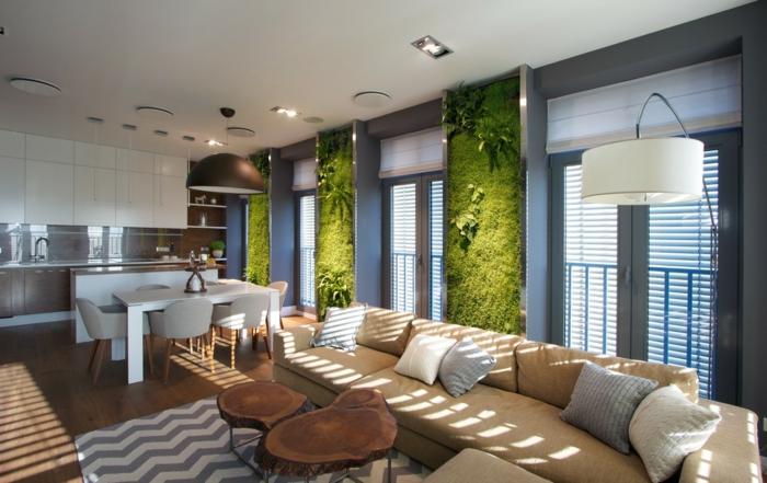 jardin vertcal intérieur, sofa beige, murs en mousse verte, table tronc, sofa beige