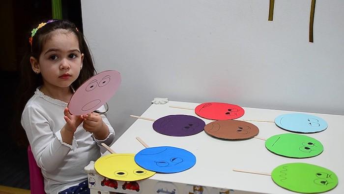 activité montessori pour apprendre les couleurs et distinguer les émotions humaines, bricolage facile enfant