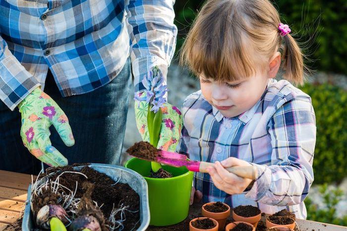 apprendre à planter des fleurs dans un pot de fleur, activités montessori jardinage en maternelle, bricolage original