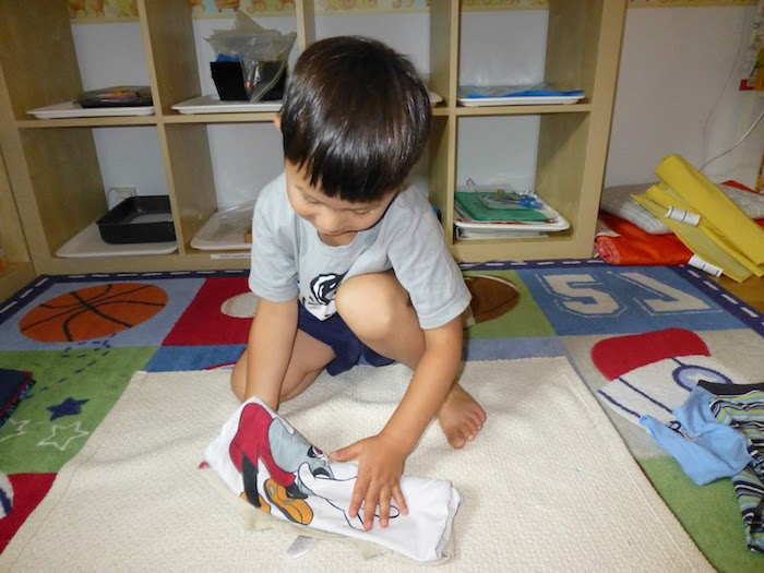 apprendre à plier le linge, activités montessori de la vie pratique, développer la motricité fine et le sens d autonomie