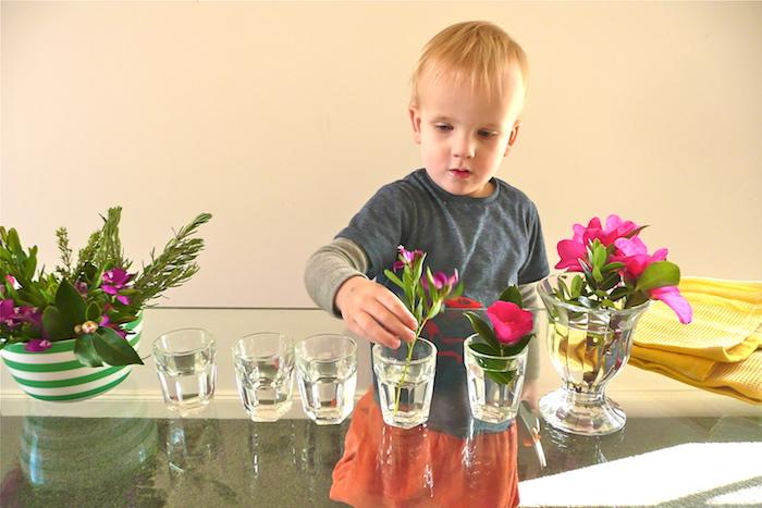 apprendre comment arranger des fleurs dans des verres, idée de pédagogie montessori en crèche, vie pratique