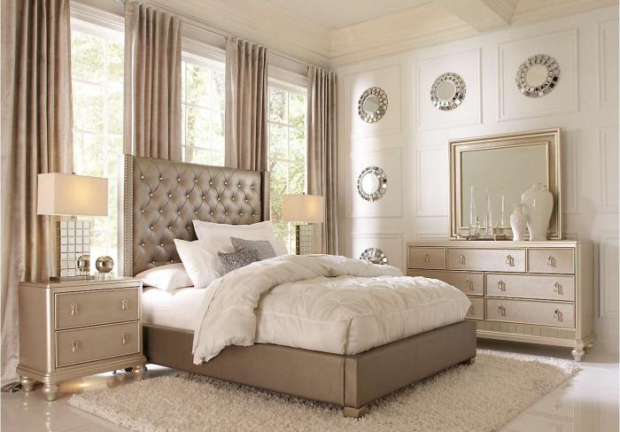 couleurs neutres dans la chambre adulte aux murs blancs de décoration métallique et argentée avec meubles moderne à design luxueux