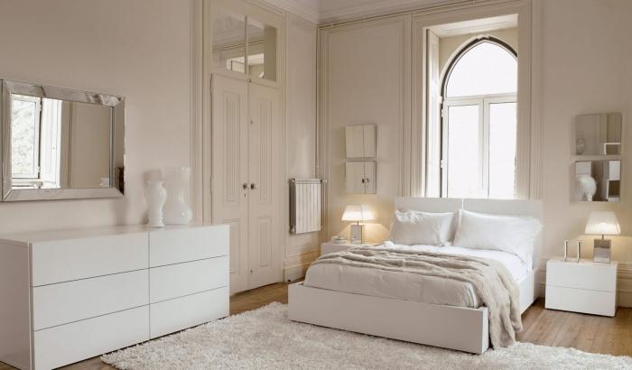 couleur ecru dans la chambre avec petite fenêtre et doubles portes, modèle d'armoire moderne blanche sans poignées