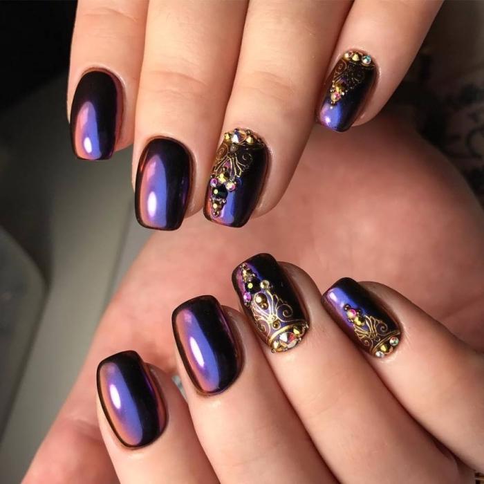 vernis gel de couleur violet noir pour faire une manucure gel avec décoration florale de nuance dorée