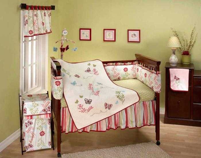décoration chambre bébé fille, commode antique, lit vintage, mur peint vert