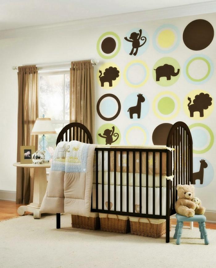 table ronde, déco murale amusante, petite chaise bleue, peluche ourson, paniers e, rotin