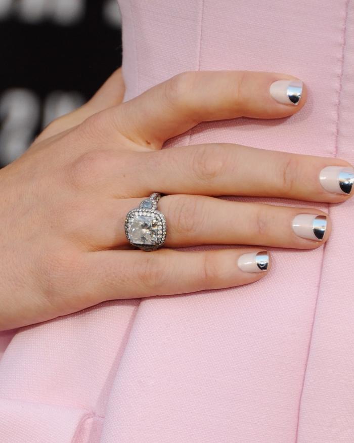 comment avoir jolies mains avec ongle en gel courts et décoration simple en nuance nude et gris métallique