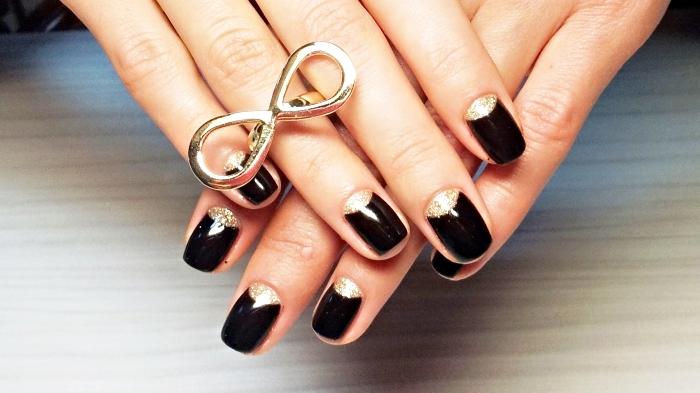 quelle couleur ongle courts, manucure en or et noir à combiner avec bijoux bague en or