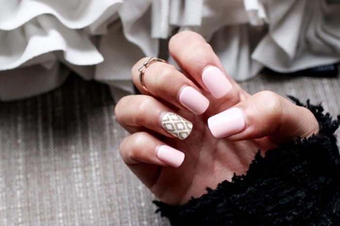 idée pour une manucure simple de couleur rose pâle avec décoration blanc et or sur l'annulaire