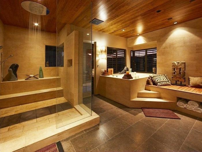 plafond en bois dans une salle de bain moderne, douche pluie, sol en pierre de travertin