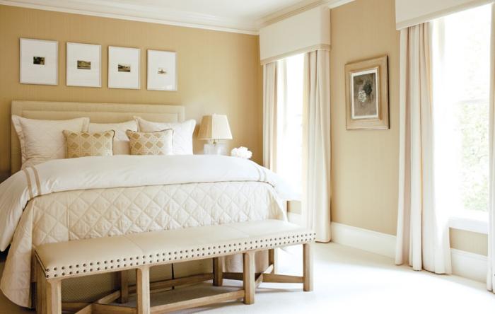 chambre complete adulte aux murs beige et plafond blanc avec grand lit kingsize et accessoires décoratifs en beige