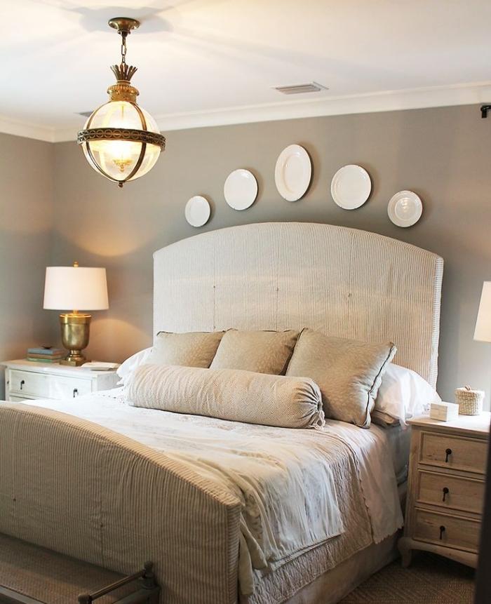 chambre complete adulte avec grand lit et meubles de bois clair, peinture murale de couleur taupe avec décoration blanche
