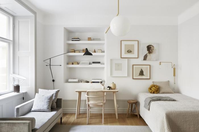 association couleur beige dans une chambre garçon aux murs blancs et meubles de bois avec coin de lecture sous fenêtre