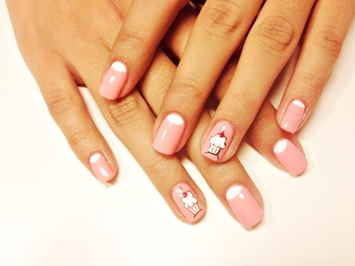 ongle gel deco à design cupcakes blancs, manucure ongles mi-longs de base rose avec demi-lune blanc