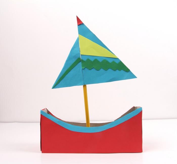 modèle de bateau en papier recyclé réalisé à partir d'une boîte de céréales