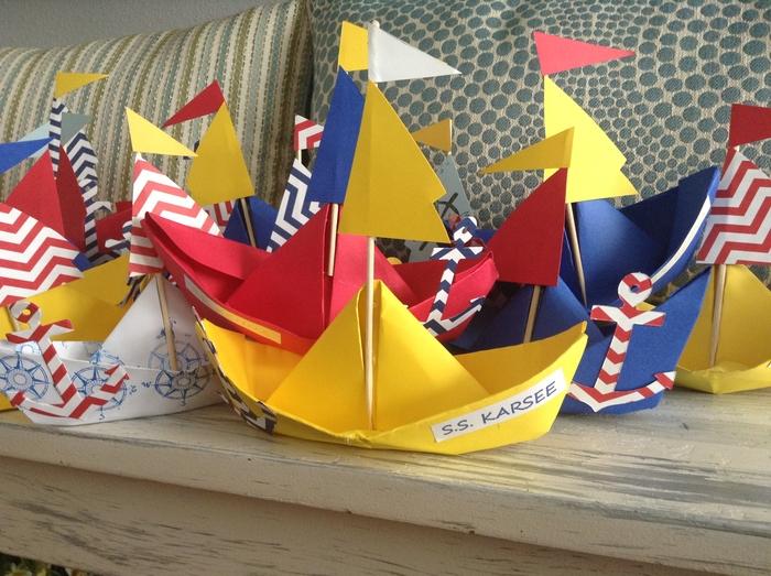 déco origami pour un anniversaire enfant sur thème marin avec de jolis modèles de bateaux colorés décorés d'ancres à motifs chevrons
