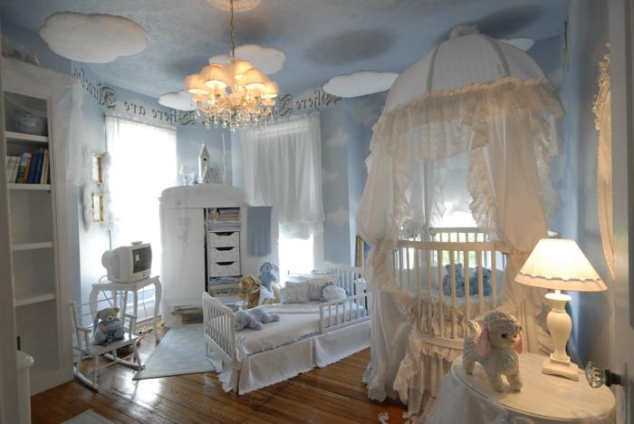 décoration chambre bébé fille, plafonnier baroque, armoire et meuble de tv blancs