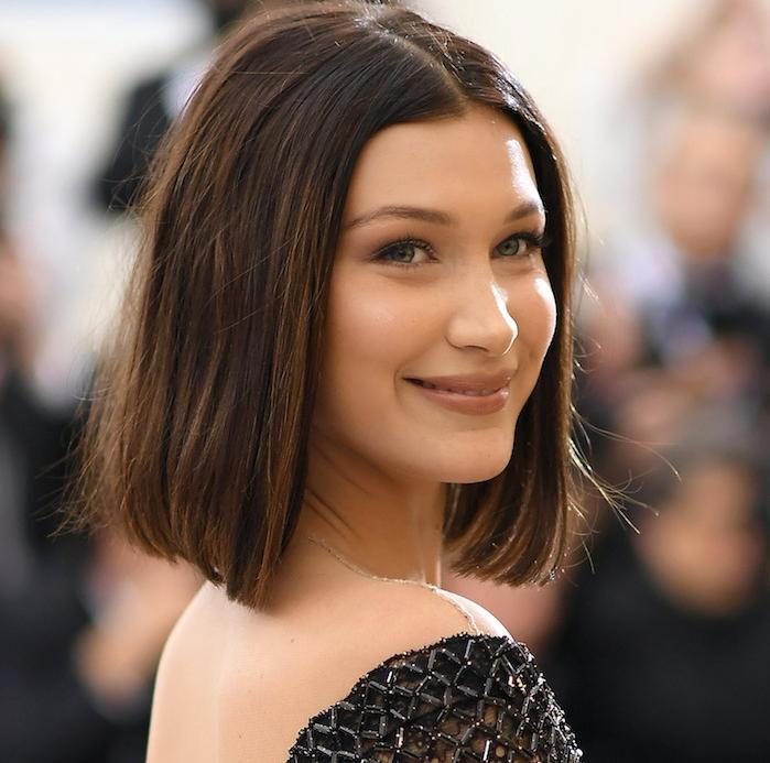 idée de coupe carré plongeant long de bella hadind, idée de coiffure simple, cheveux ultra lisses, robe noire originale