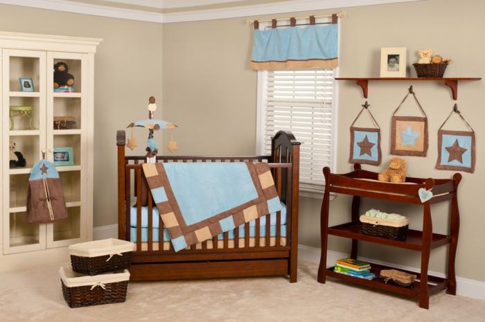 chambre garçon originale, lit en bois, étagère vitrée, panier en rotin et tapis beige