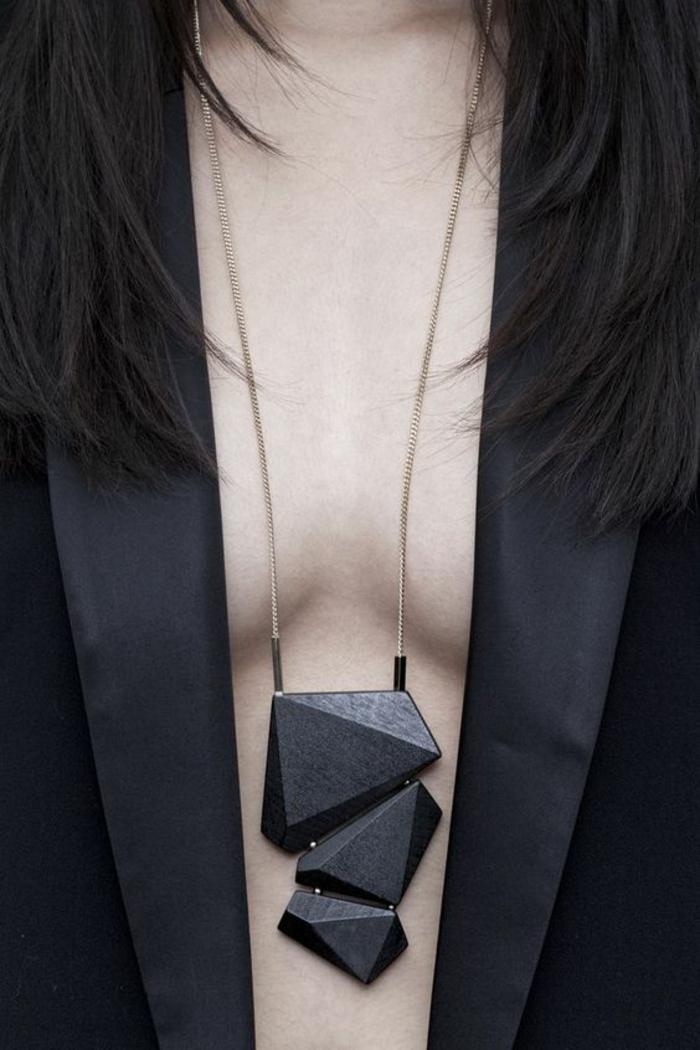 veste noire aux revers satinés étroits, collier avec des pierres noires aux formes irrégulières, tenue chic détail choc