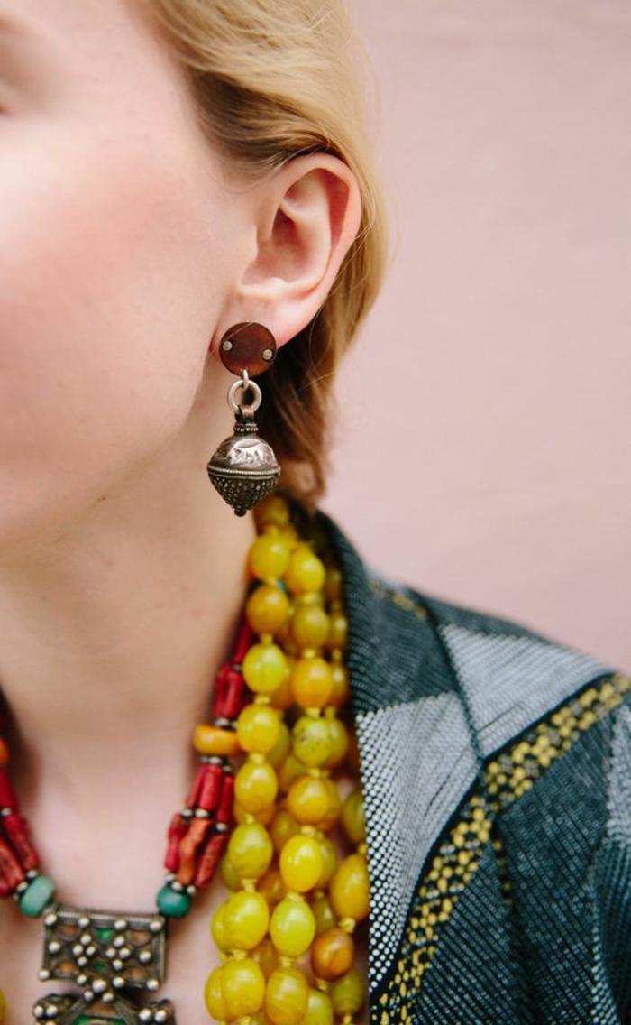 bijoux ethniques africains, mode africaine, boucles d'oreilles et deux colliers superposés, portés avec une tenue africaine femme