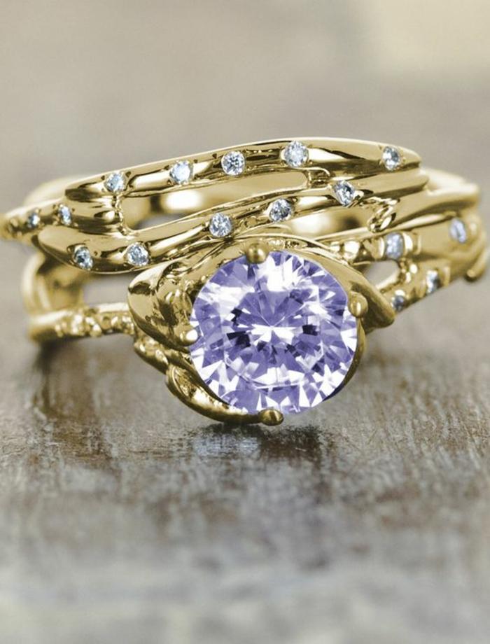 bague avec cristal en bleu, grande pierre en violet, avec des multiples zirconiums tout autour de la bague, chic détail choc