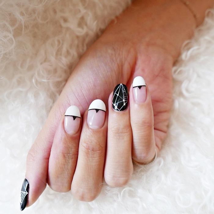 idée pour une manucure blanc et noir gel, manucure française avec décoration noire sur l'annulaire