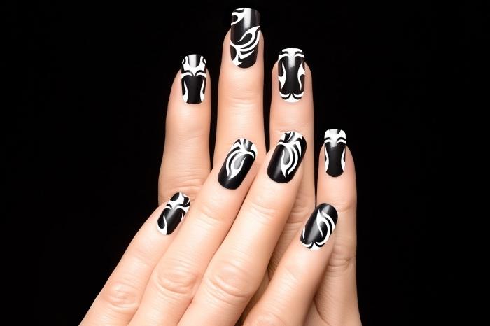 manucure à design abstrait de nuances blanc et noir, vernis à ongle gel noire avec lignes blanches
