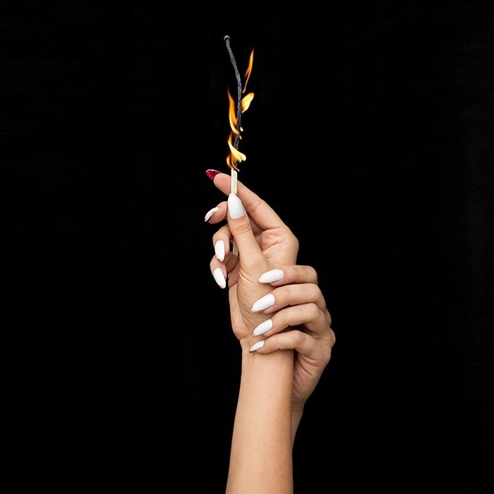 ongle en gel avec extensions acryliques et vernis de base blanche, décoration minimaliste dorée sur ongles blancs