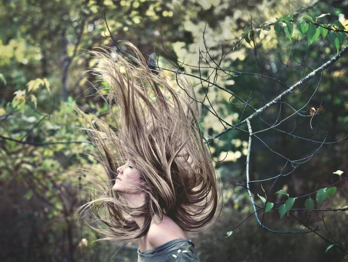 couleur blond cendré, femme aux cheveux longs et raids avec coloration naturelle de nuance châtain et mèches blondes