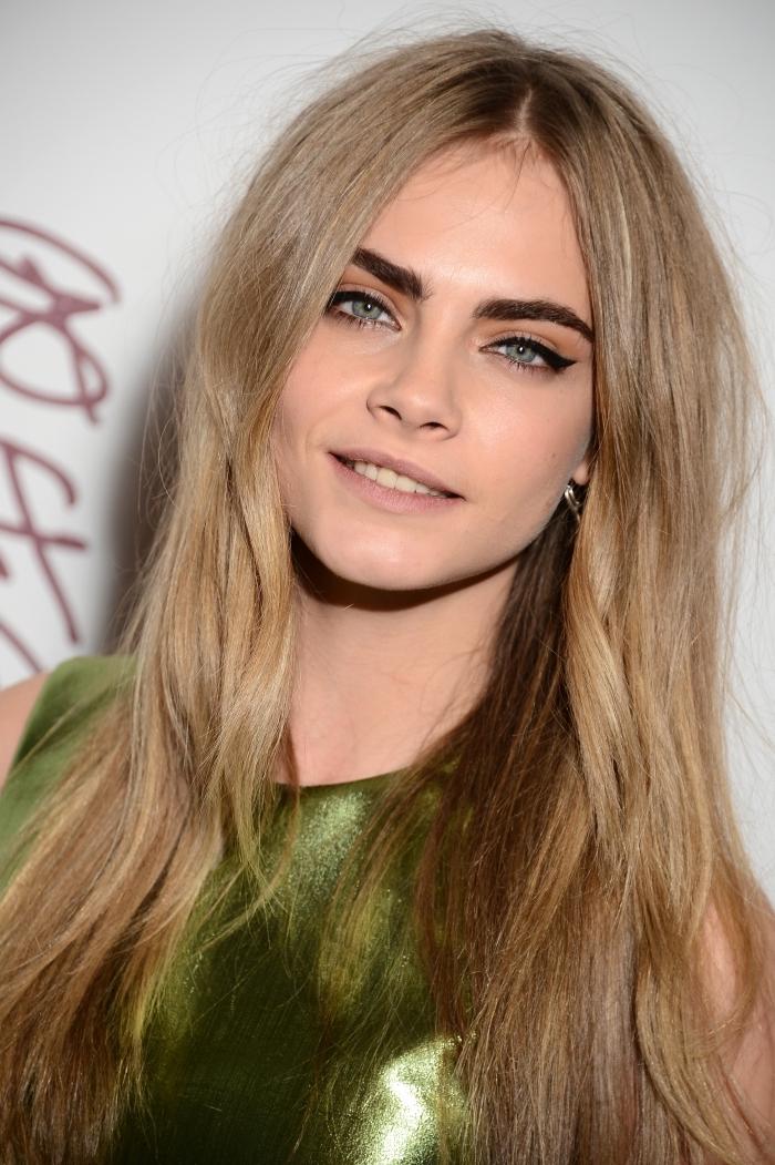 blond foncé cendré, coiffure de cheveux longs aux racines foncées et pointes éclaircies de nuance miel