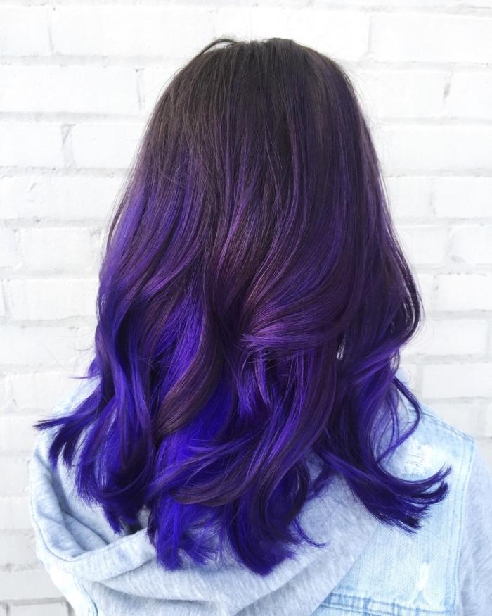 technique de coloration balayage avec racines foncées et pointes colorées en nuances bleues et violettes