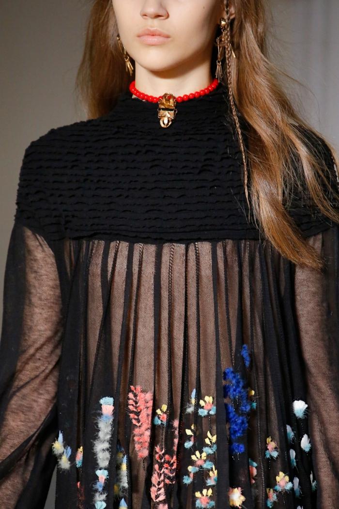 blouse semi-transparente noire, avec des épaules couvertes de tissu drapé épais, chic détail choc, des fleurs multicolores en tonalités pastels