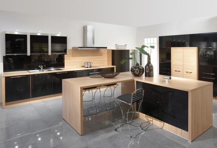aménagement de cuisine blanche avec armoires noires à fermeture automatique, cuisines équipées avec ilot central en bois