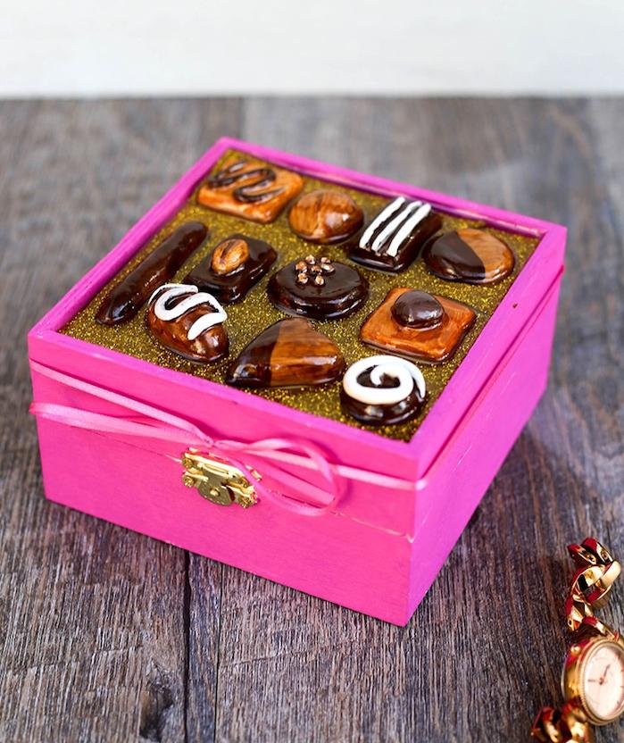 boite a bonbons en bois repeint en couleur fuchsia et bonbons dedans, idée cadeau copine gourmand et original