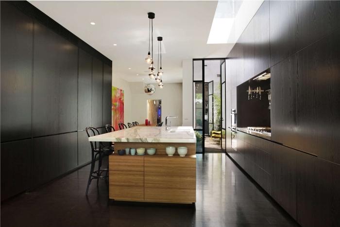 cuisine aménagée, déco de cuisine aux armoires noires avec ilot centrale de bois et comptoir blanc