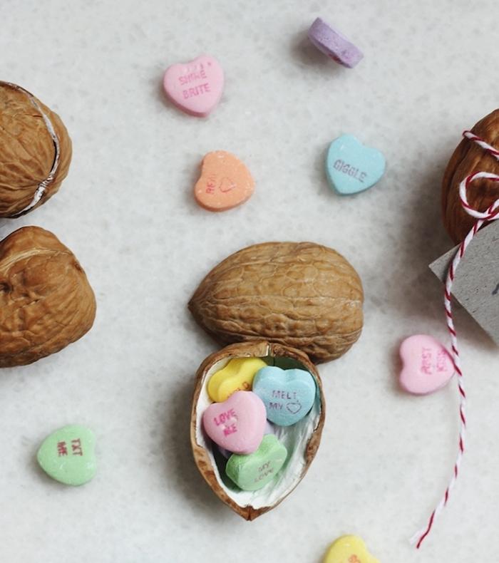 des coquilles de noix vidés et remplies de bonbons colorés en forme de coeur, idée cadeau copine saint valentin original