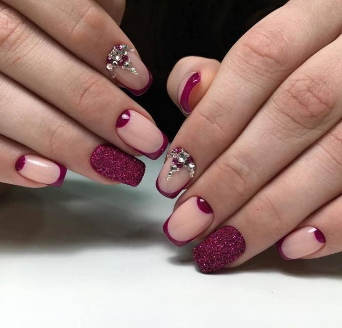 couleur tendance de 2018, vernis violet avec décoration nude et strass sur ongles en gel extensions