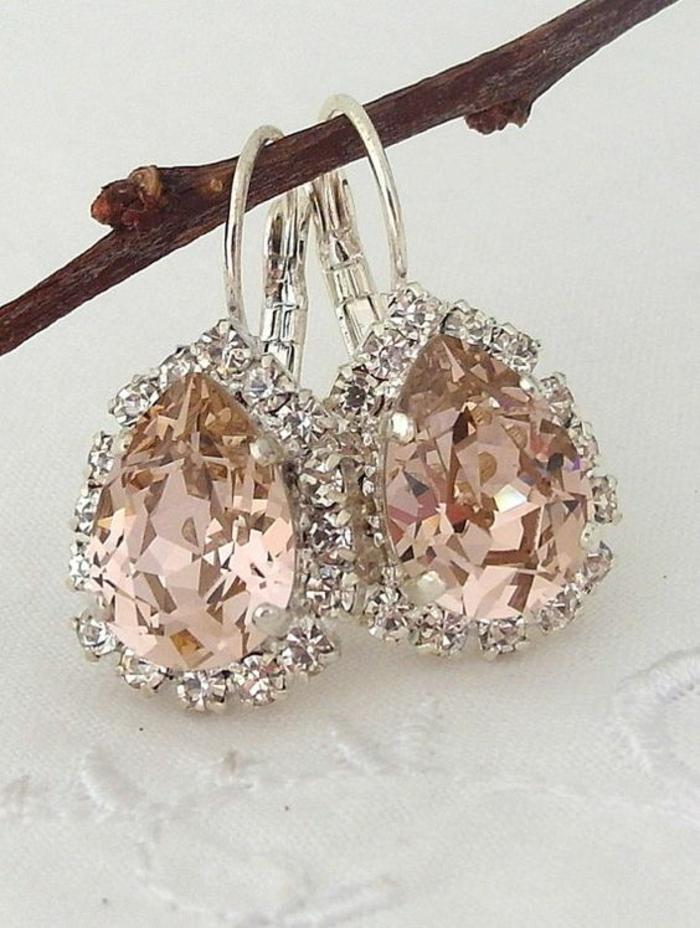 accessoires pour les oreilles avec des pierres roses et des zirconiums, thème chic et choc, style grande soirée