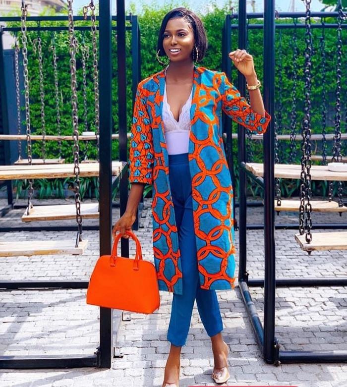 comment assortir les couleurs de ses vêtements, modèle de costume femme de style africain avec pantalon bleu