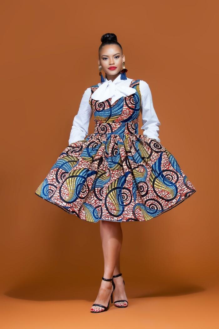 comment bien s'habiller en robe courte et chemise, modèle de robe ceinturée en tissu africain combinée avec sandales classiques